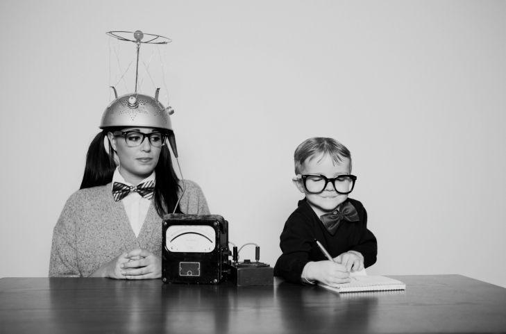 Kwantitatief onderzoek is gericht op hoeveelheid. Het geeft je cijfermatige resultaten over een bepaalde groep. Om te kunnen spreken over representatief onderzoek heb je een minimaal aantal deelnemers nodig binnen je doelgroep die hun mening geven. Hiervoor kun je een steekproef trekken. Wanneer deze steekproef een bepaalde omvang en kenmerken heeft (afhankelijk van de onderzoeksvraag), kunnen uitspraken gegeneraliseerd worden naar de hele doelgroep. Voor kwantitatief onderzoek wordt als methode vooral gebruik gemaakt van een (digitale) vragenlijst/enquête. De antwoorden van de vragenlijst worden vervolgens verwerkt in een dataverwerkingsprogramma (bijvoorbeeld Excel of SPSS) waarna er geanalyseerd en gerekend kan worden. De uitkomsten worden meestal door middel van percentages en aantallen beschreven. In mijn volgende Blog Keuze: kwalitatief onderzoek of kwantitatief onderzoek? leg ik uit voor welke antwoorden je het beste kwalitatief onderzoek kunt doen en wanneer het juist slimmer is om te kiezen voor kwantitatief onderzoek. Wil je weten hoe je bij kwantitatief onderzoek een goede steekproef trekt? Lees dan mijn blog 'Hoe trek je een goede steekproef?'